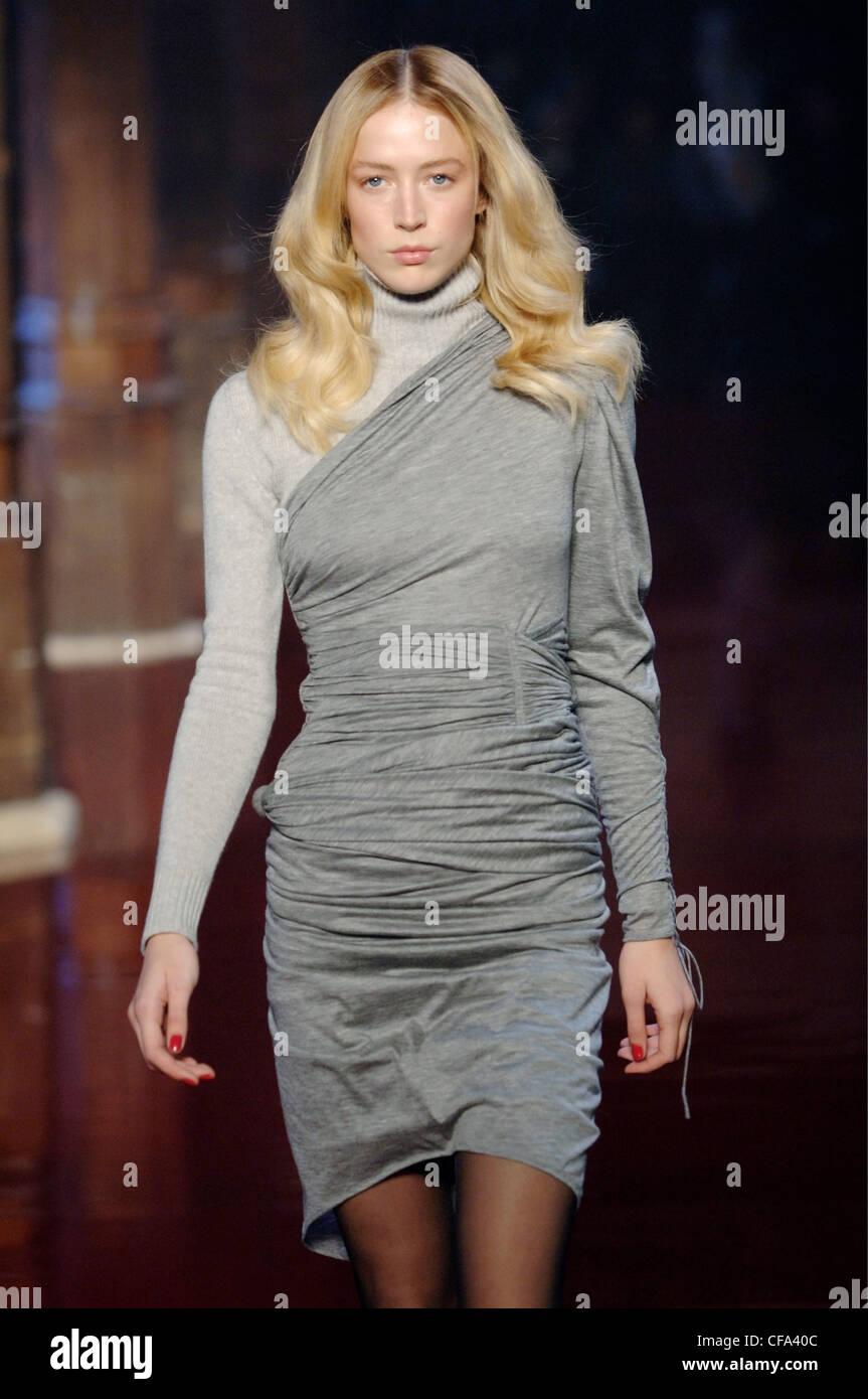 24c879db5923 ... Blonde female model Raquel Zimmermann portant une robe froissée  dentelle crème un cervidé. XCXF63 (RM). Emanuel Ungaro Prêt-à-Porter Paris  UN W modèle ...