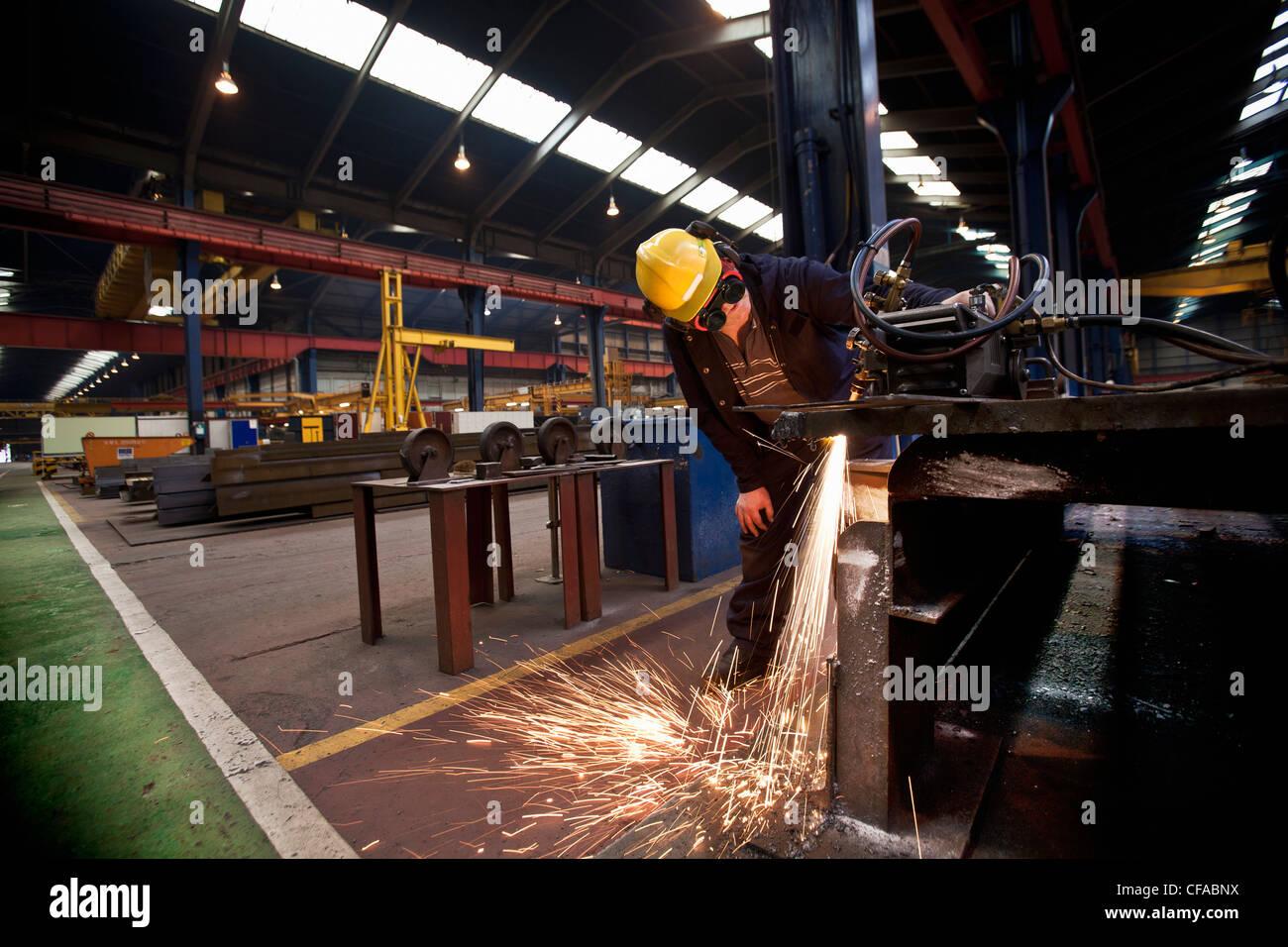 Soudeur à travailler en chantier Photo Stock