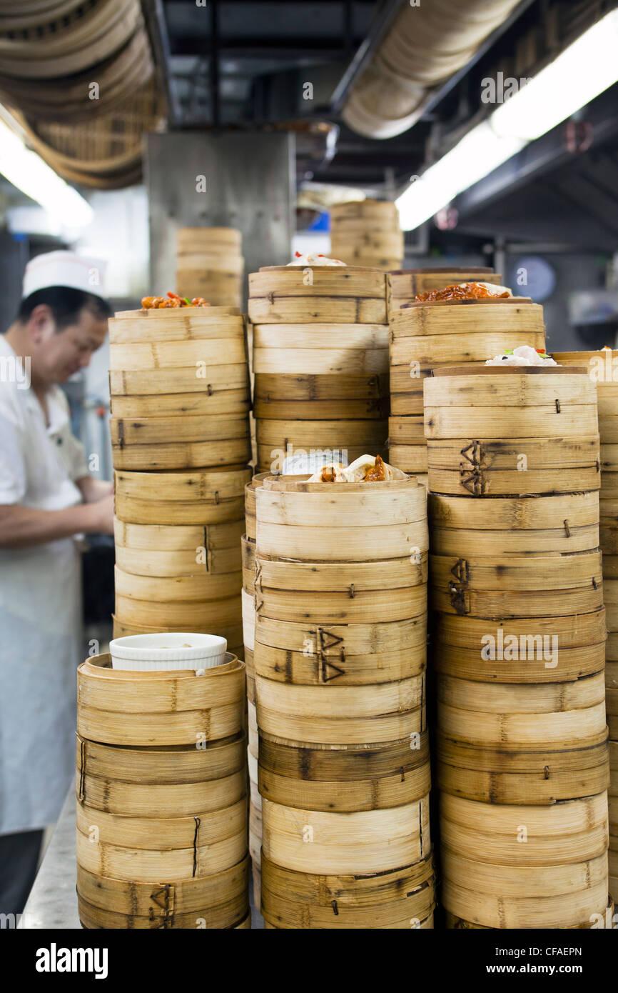 Dim Sum préparation dans un restaurant de cuisine à Hong Kong, Chine (MR/PR) Photo Stock