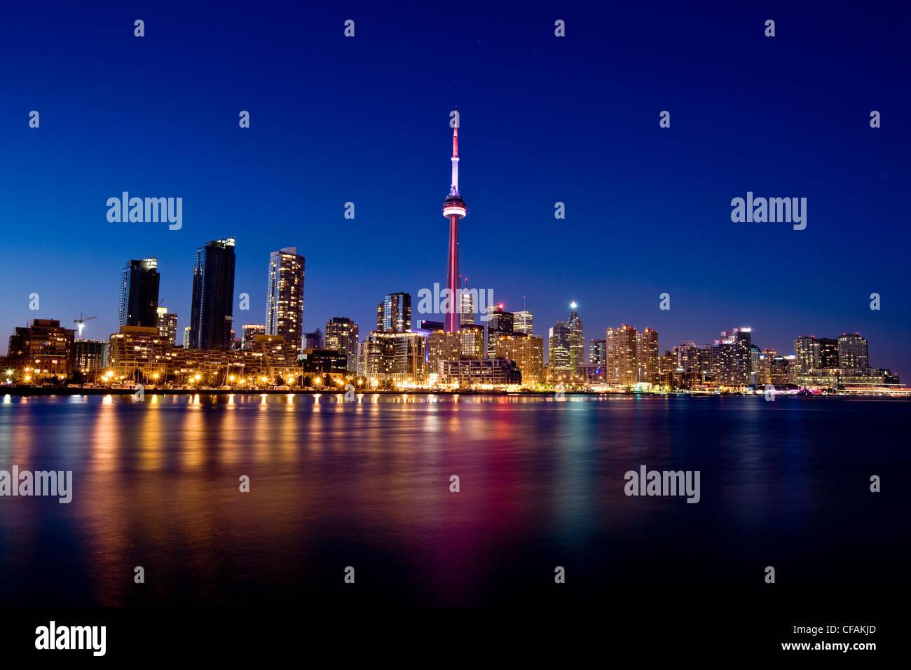 Toronto Skyline at night vu de l'aéroport de l'île, l'Ontario, Canada. Banque D'Images