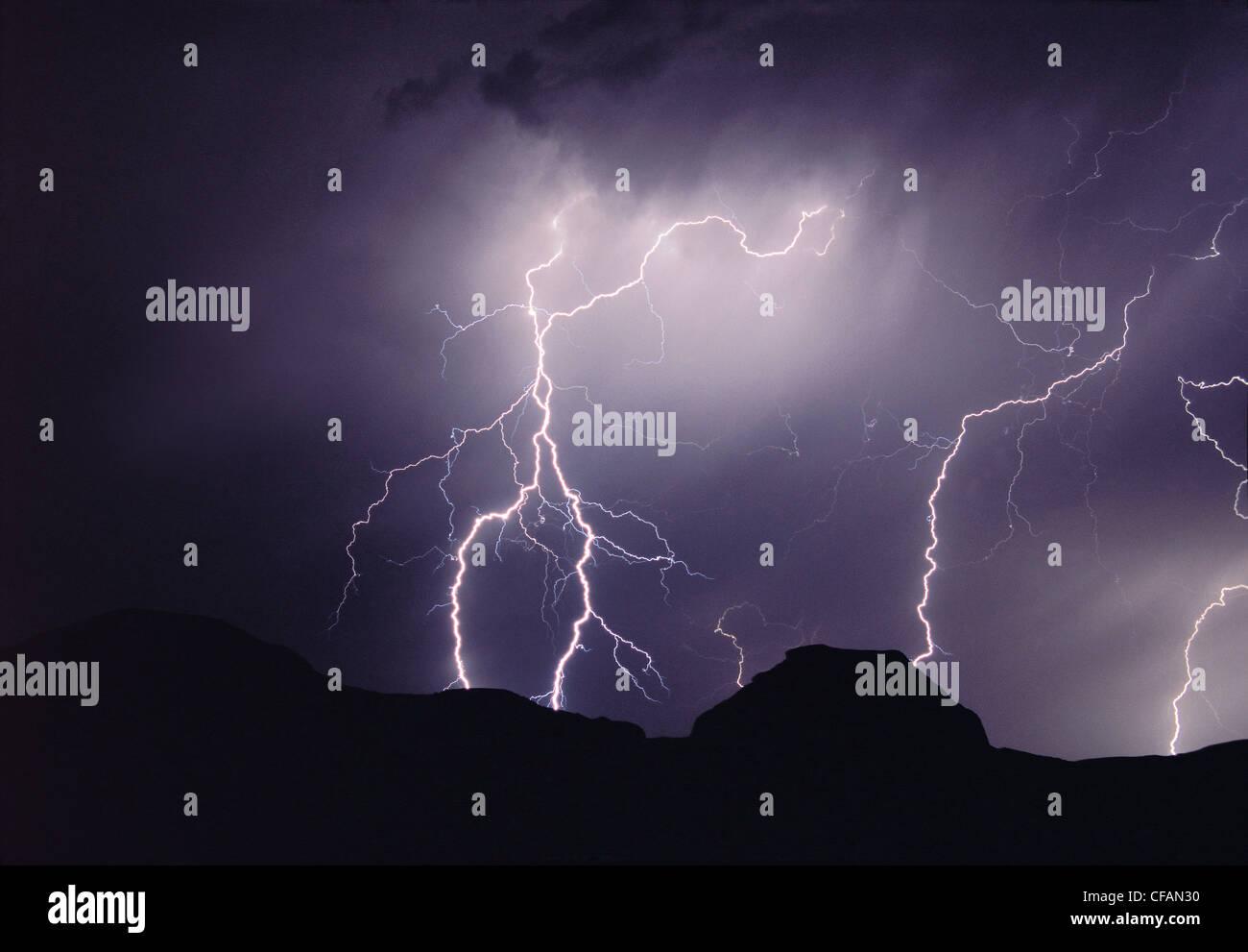 Orage de nuit au-dessus de la butte du château, Big Muddy Badlands, Saskatchewan, Canada Photo Stock
