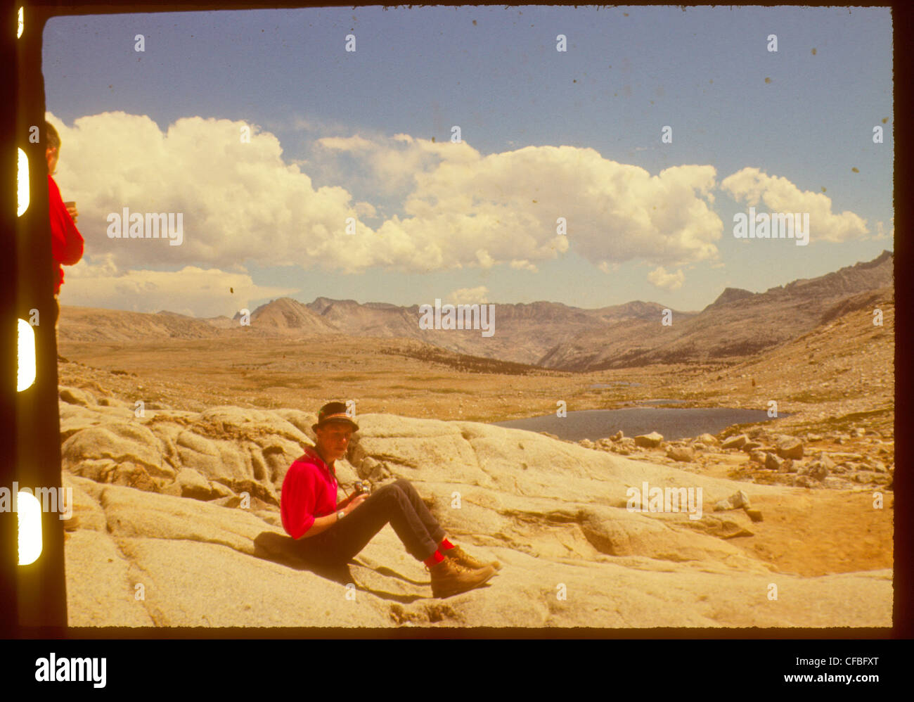 Backpacker avec appareil photo en haute sierra Nevada Californie randonnée 1960 John Muir trail Photo Stock