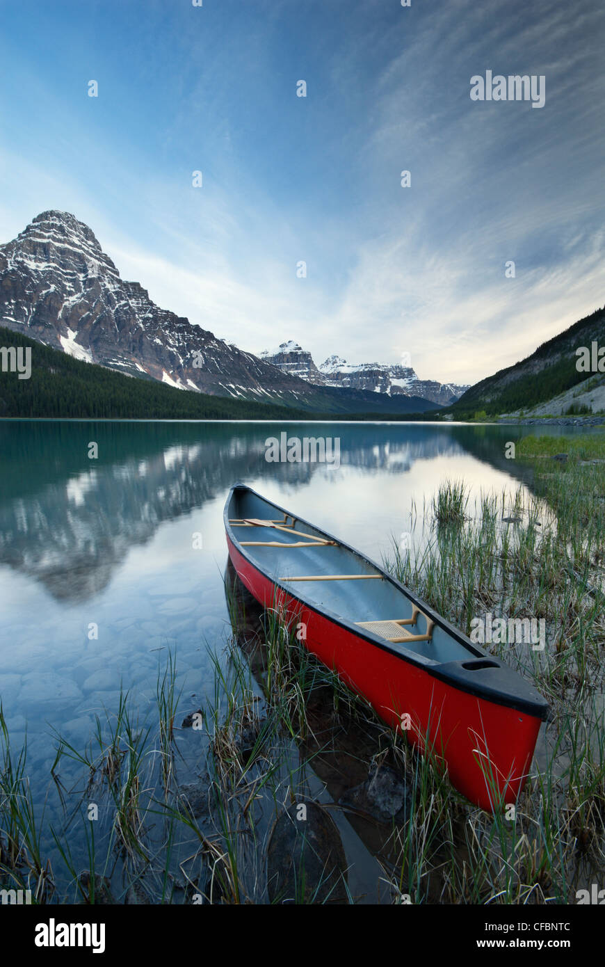 Le canoë et le Mont Chephren, Lac de la sauvagine, Banff National Park, Alberta, Canada Photo Stock