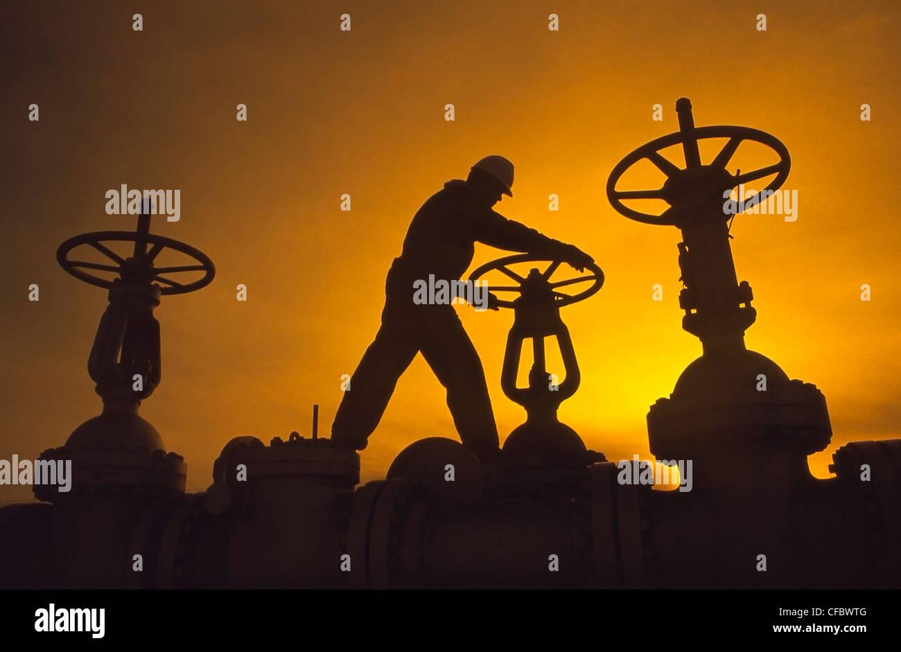 Travailleur de l'industrie pétrolière de la rotation du pipeline sur Photo Stock