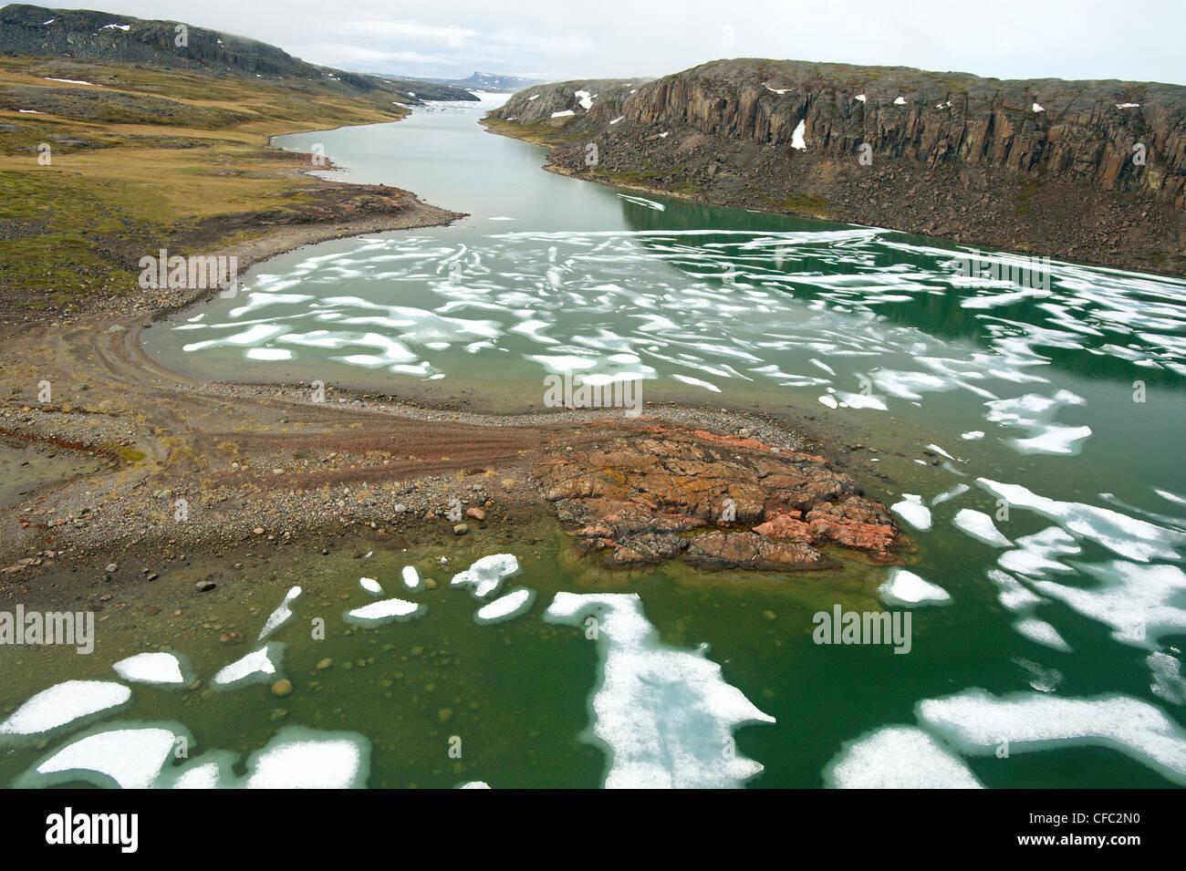 La fonte des glaces dans l'océan Arctique avec des caractéristiques du littoral, le golfe Coronation, au Nunavut Banque D'Images