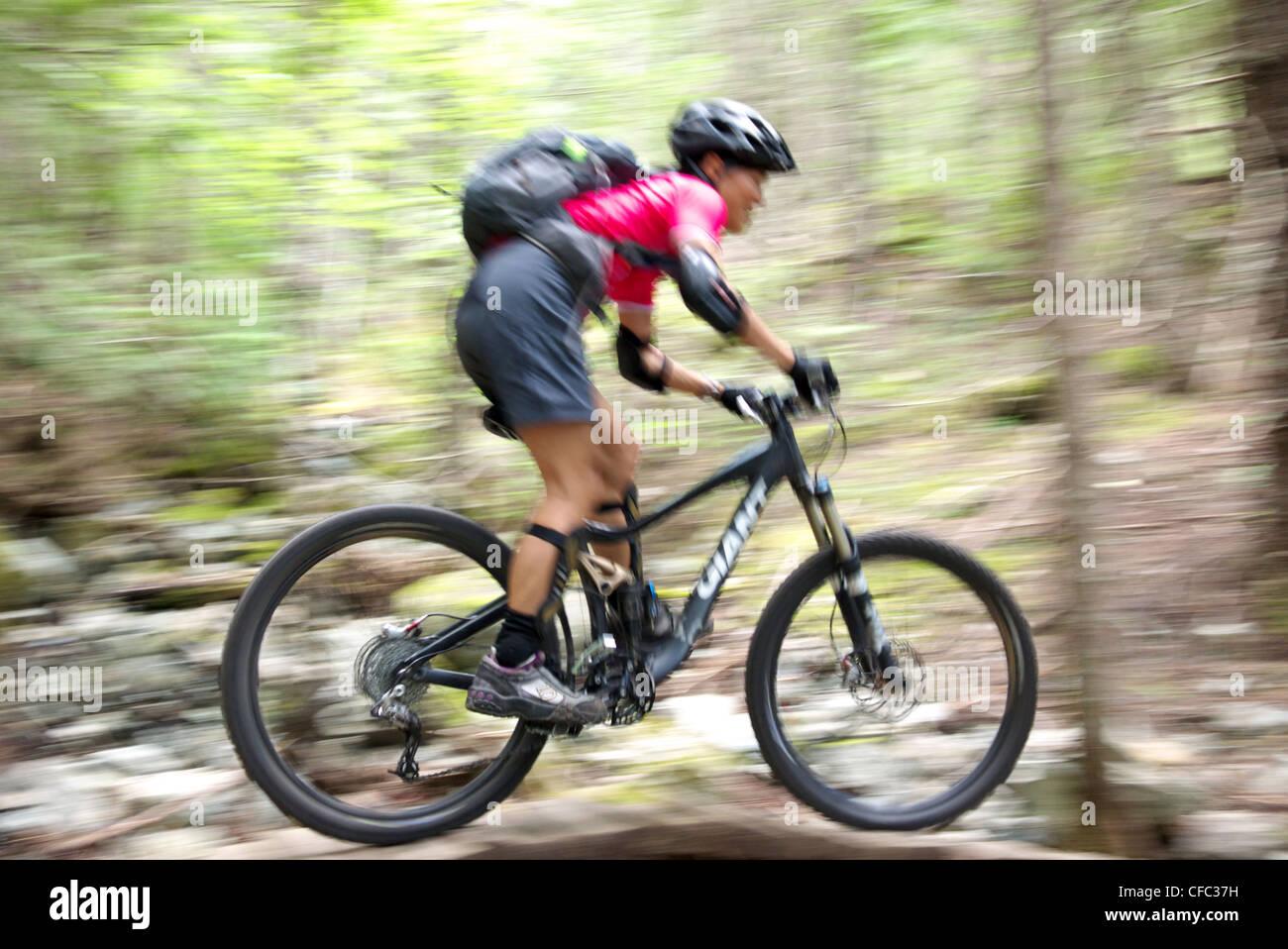 Femme équitation fast sur Kill Me Thrill Me près de Whistler, British Columbia, Canada Banque D'Images
