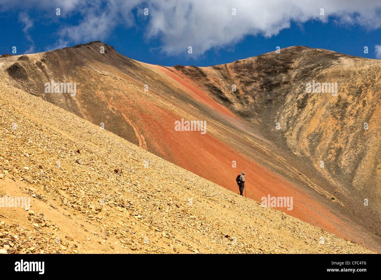 Randonnées dans le paysage volcanique de l'Arc-en-ciel montagnes de Colombie-Britannique Canada Banque D'Images