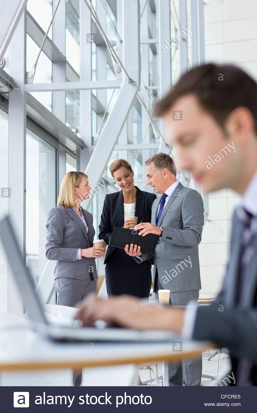 Les gens d'affaires dans le hall de réunion Photo Stock