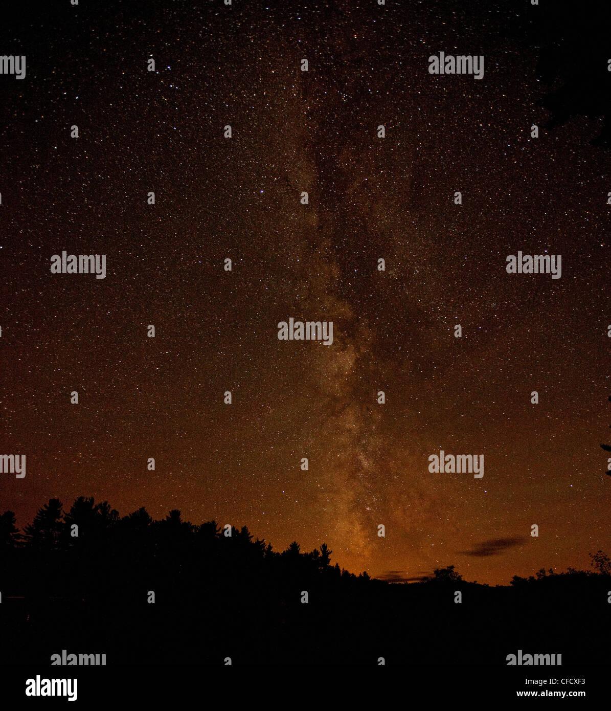 Voie lactée dans le ciel au-dessus du parc Algonquin, Ontario, Canada. Photo Stock