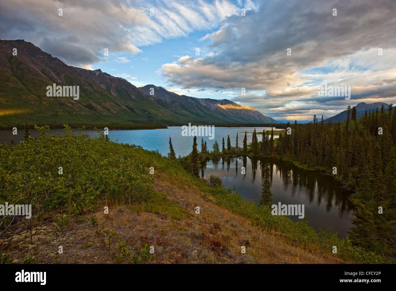 Coucher de soleil sur le lac d'Annie, à l'extérieur de Whitehorse, Yukon, Canada. Banque D'Images