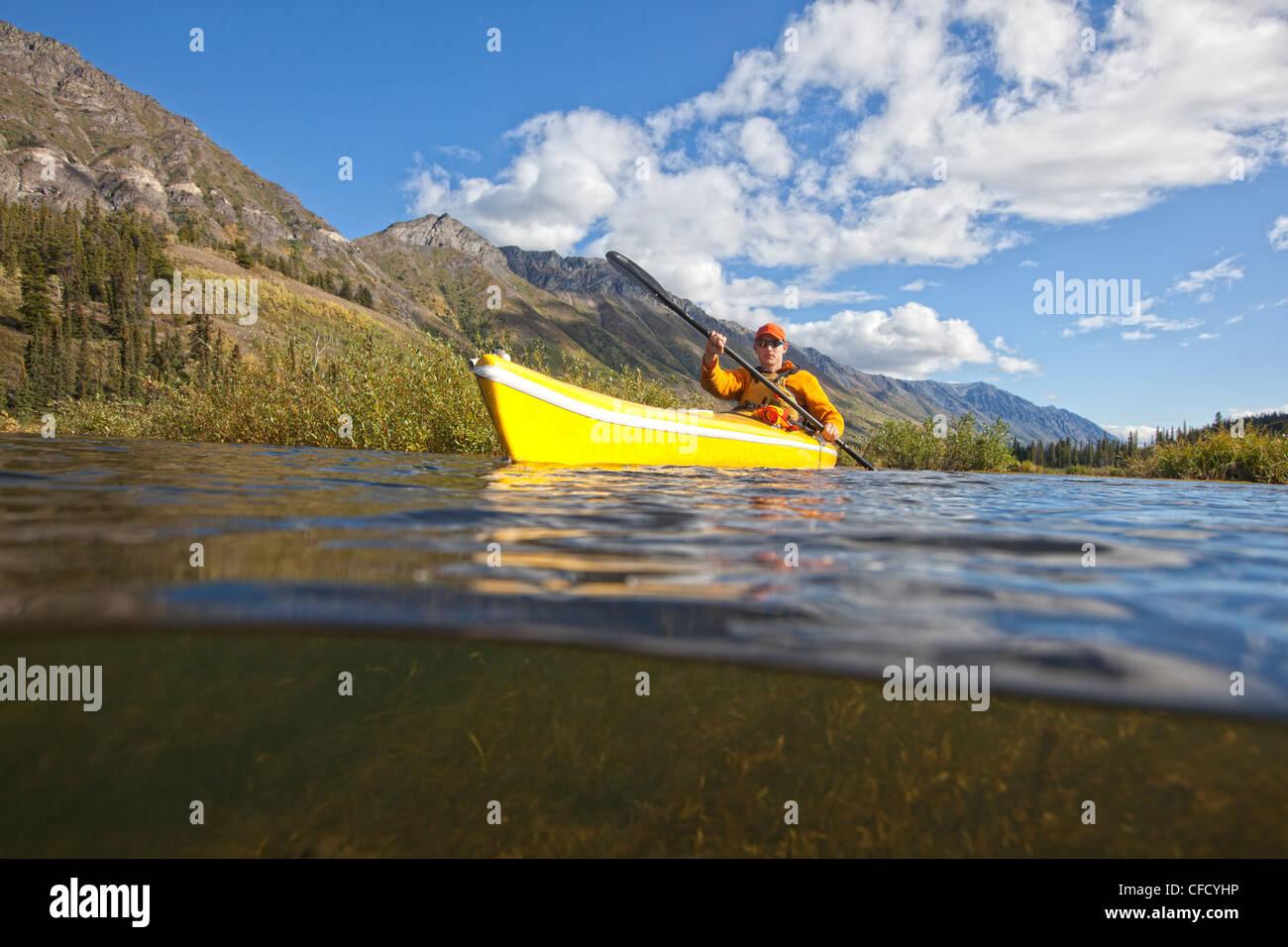 Kayak sur Annie Lake, Yukon, Canada. Banque D'Images