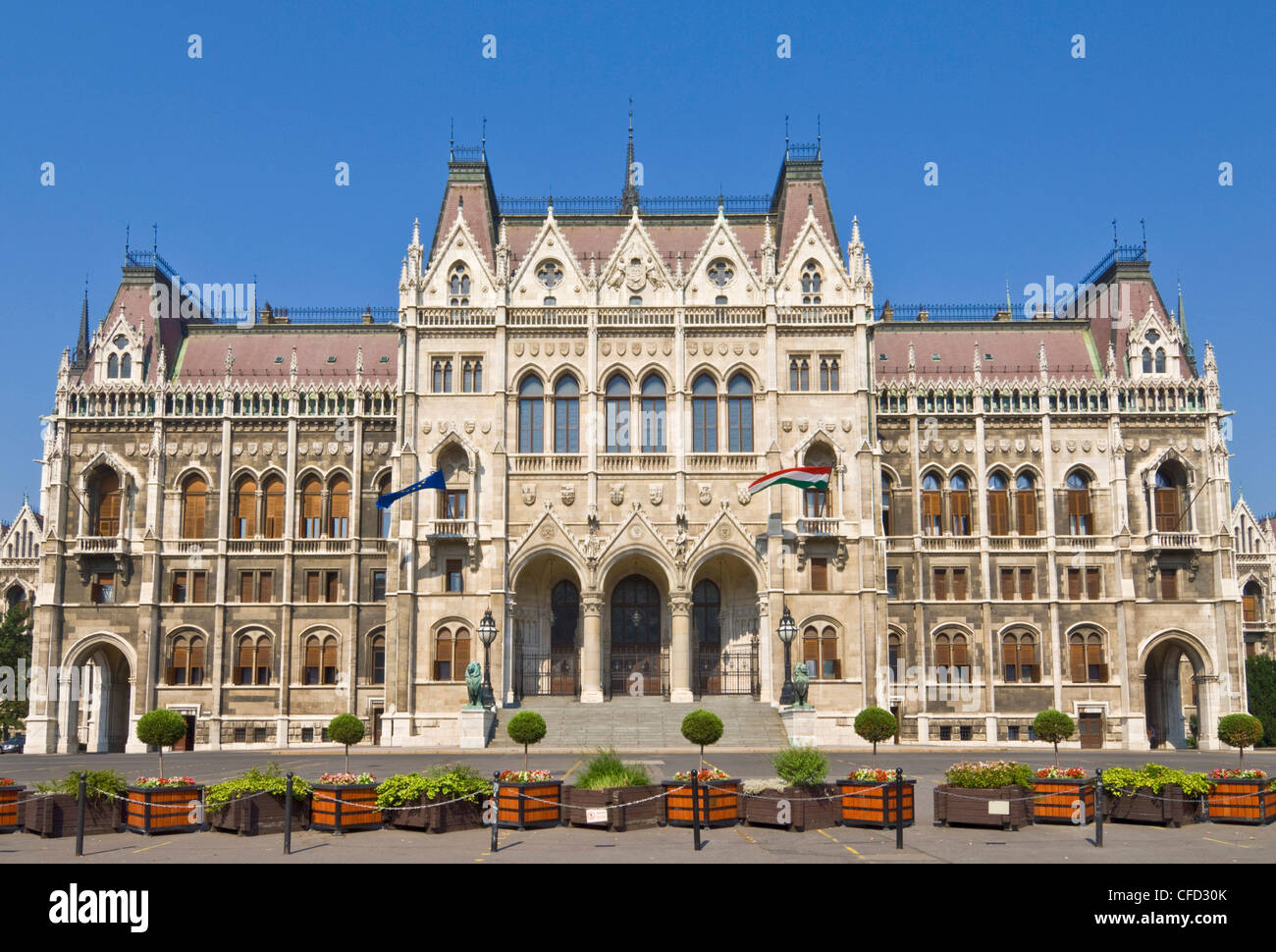 Le Parlement hongrois néo-gothique,porte d'entrée, conçu par Imre Steindl, Budapest, Hongrie, Photo Stock