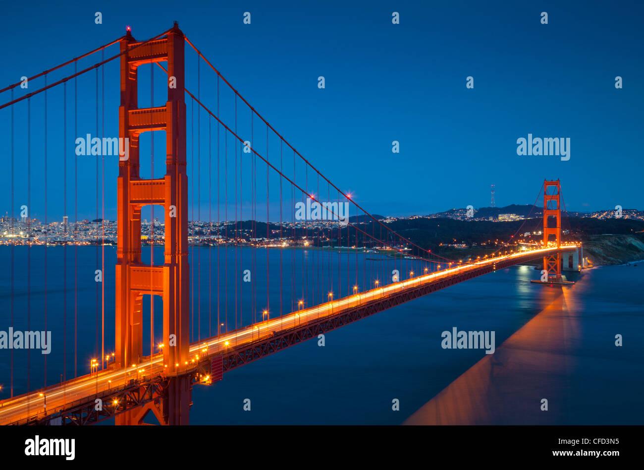 Le Golden Gate Bridge, du Marin Headlands la nuit, comté de Marin, San Francisco, California, USA Photo Stock