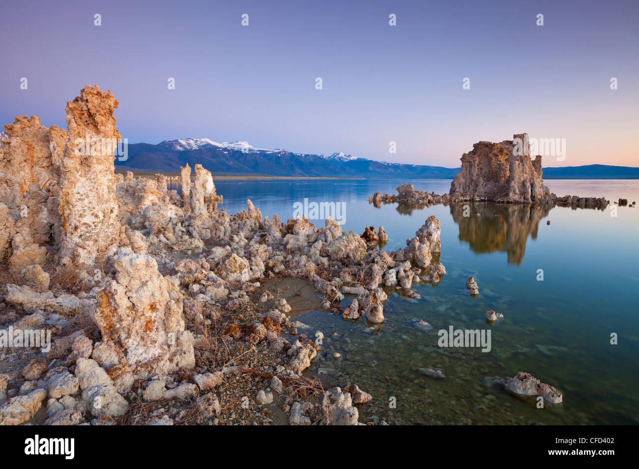 Flèches et de tuf formations tour de carbonate de calcium, Inyo National Forest Scenic Area, California, USA Photo Stock