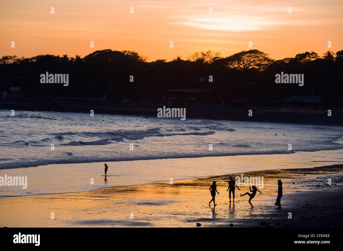 Les gens jouent au football sur la plage de La Libertad, la côte du  Pacifique 2393df9b5711