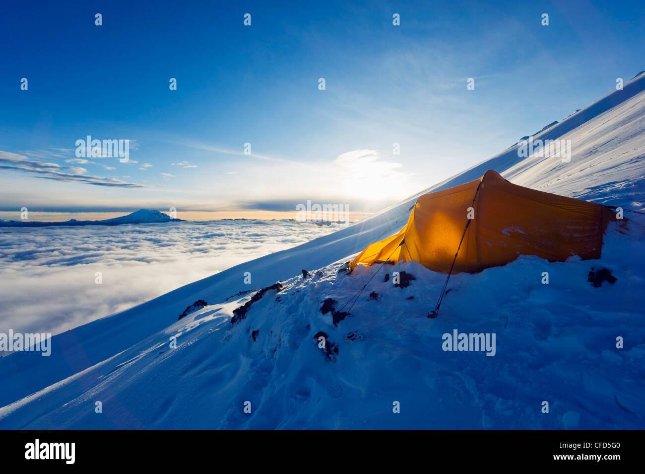 Tente sur le volcan Cotopaxi, 5897m, plus haut volcan actif au monde, l'Equateur, l'Amérique du Sud Photo Stock