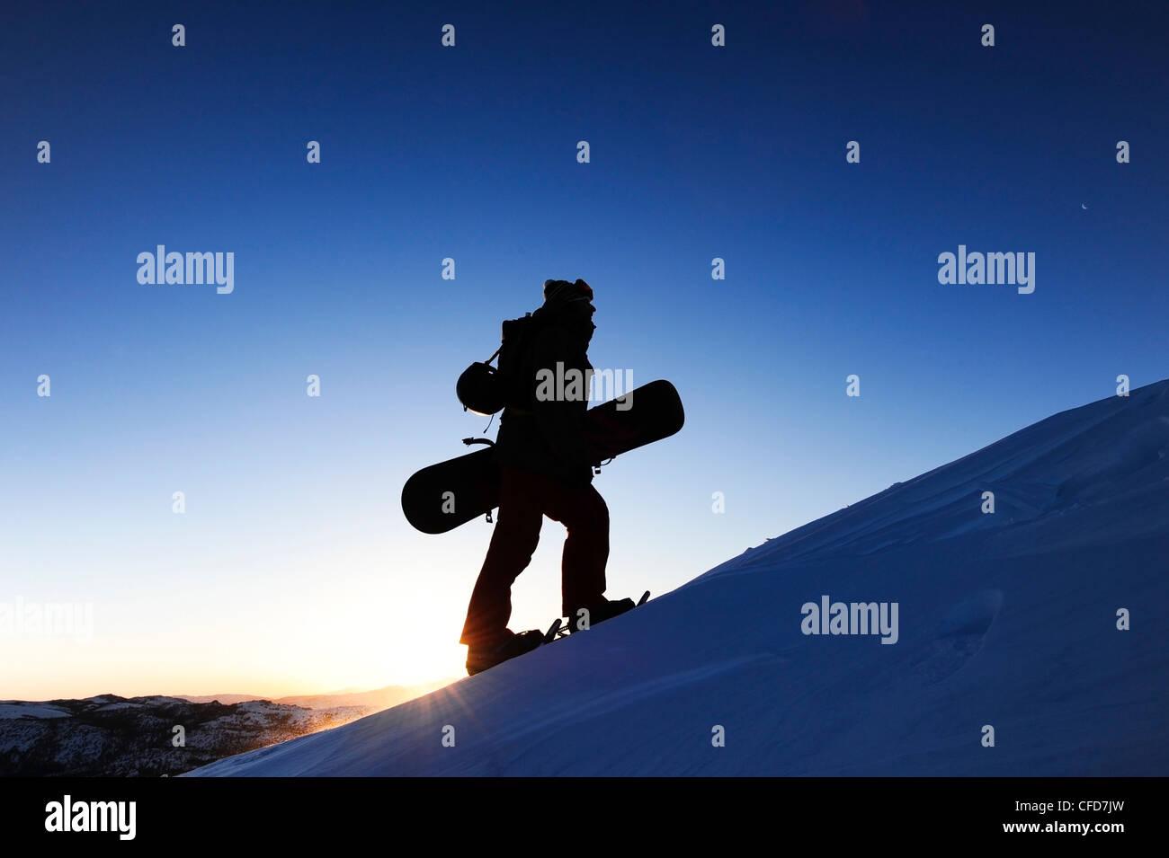 La silhouette d'un planchiste de la raquette au lever du soleil dans la Sierra Nevada, près du lac Tahoe, Photo Stock