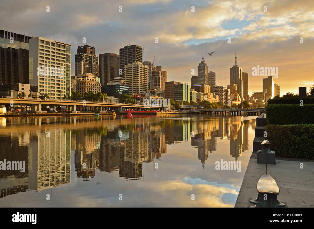 Lever du soleil, Melbourne Central Business District (CBD) et de la rivière Yarra, Melbourne, Victoria, Australie, Photo Stock