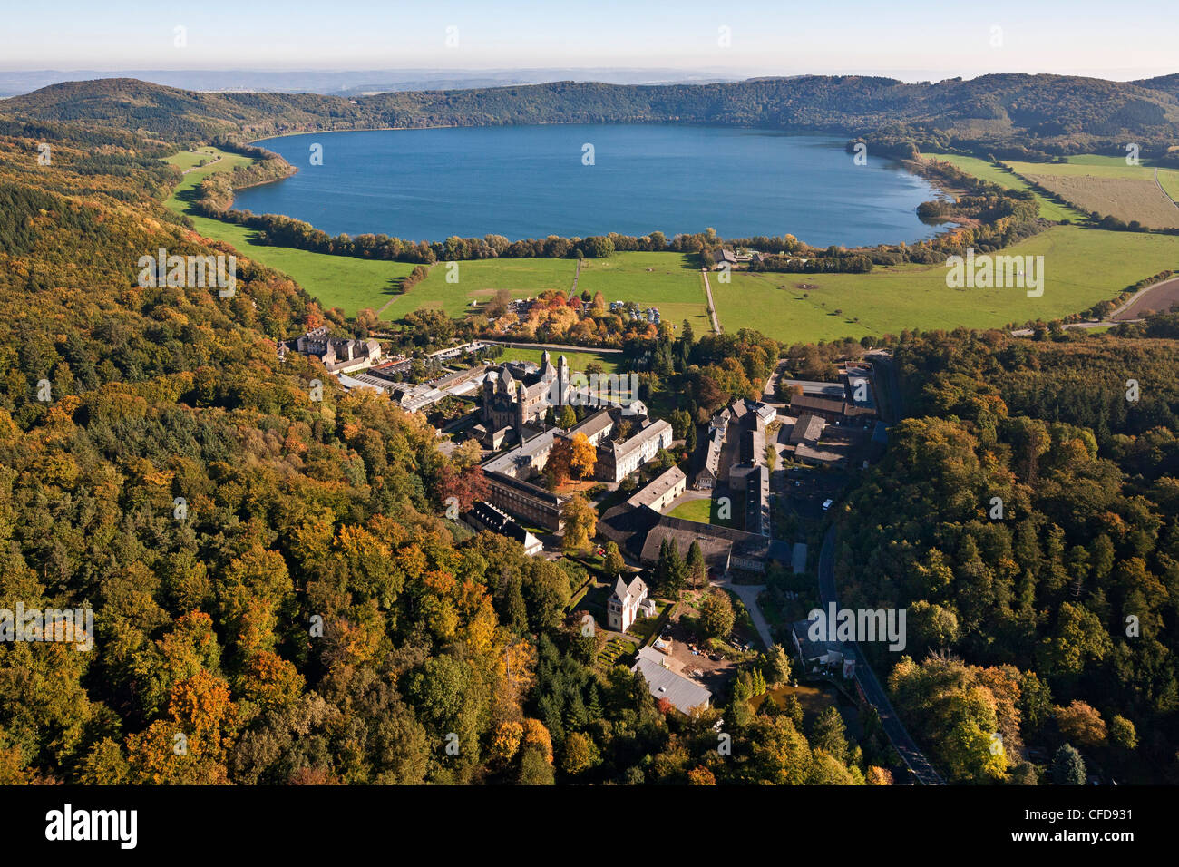 Vue aérienne de l'abbaye bénédictine au lac de Laach, Maria Laach Abbaye, Eifel, Rhénanie Photo Stock