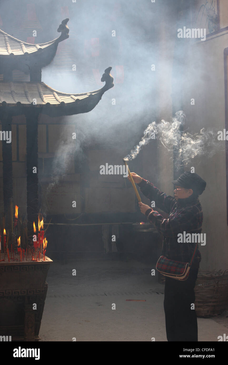 Adorateur, Kun Iam Temple, Macao, Chine, Asie Photo Stock