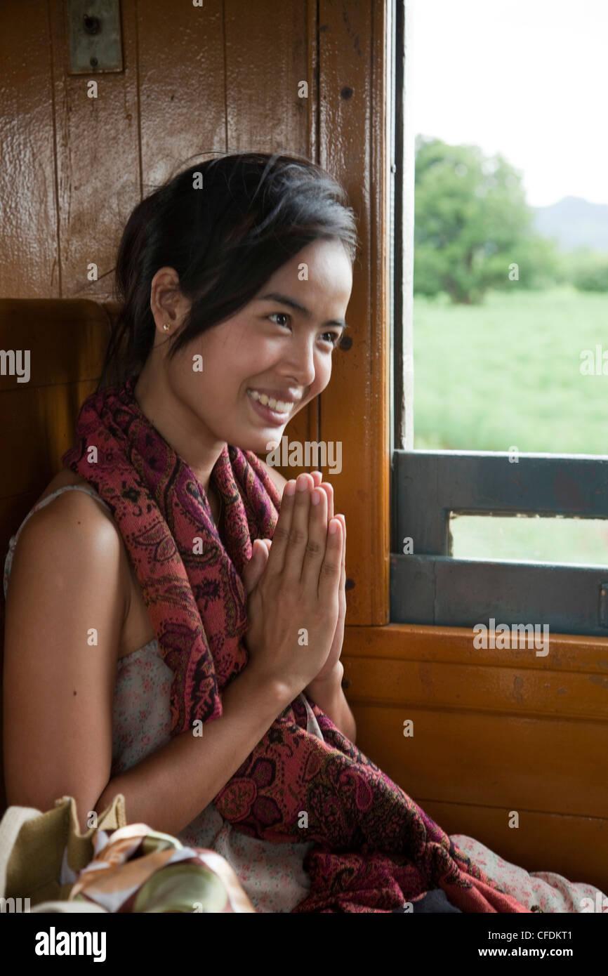 Femme Thailandaise Photos superbe femme thaïlandaise offre wai accueil en train touristique