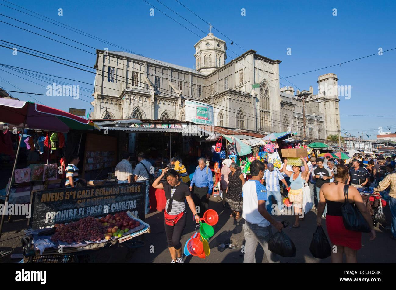 En dehors d'un marché de rue, l'église San Salvador, El Salvador, l'Amérique centrale Photo Stock