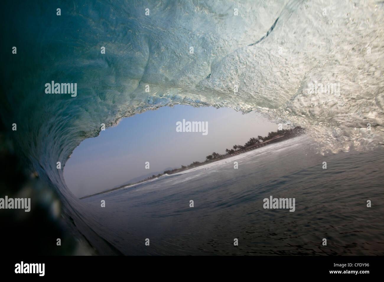 Une énorme vague de barils au beach break lourd notoirement de Pasquales, Mexique Photo Stock