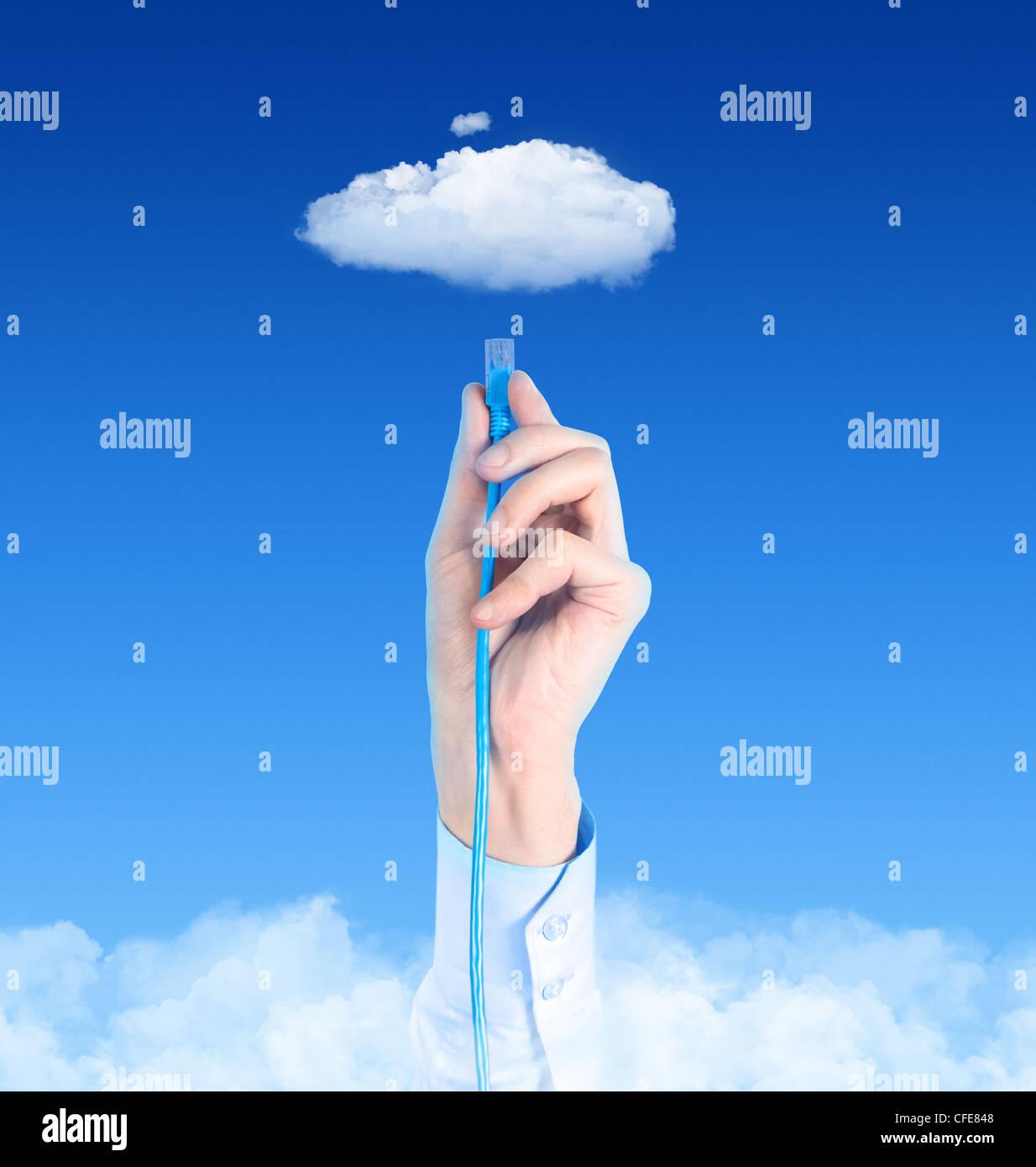 La main avec le câble connecté à l'internet. Image conceptuelle sur le thème du cloud computing. Banque D'Images