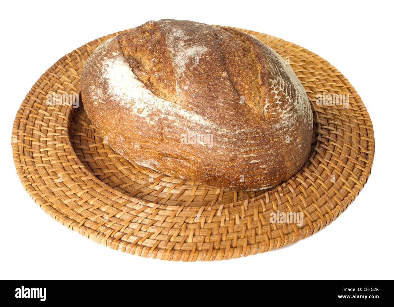 Pain frais cuit de pain de seigle au levain isolated on white affichée sur le plateau en osier isolated on Photo Stock