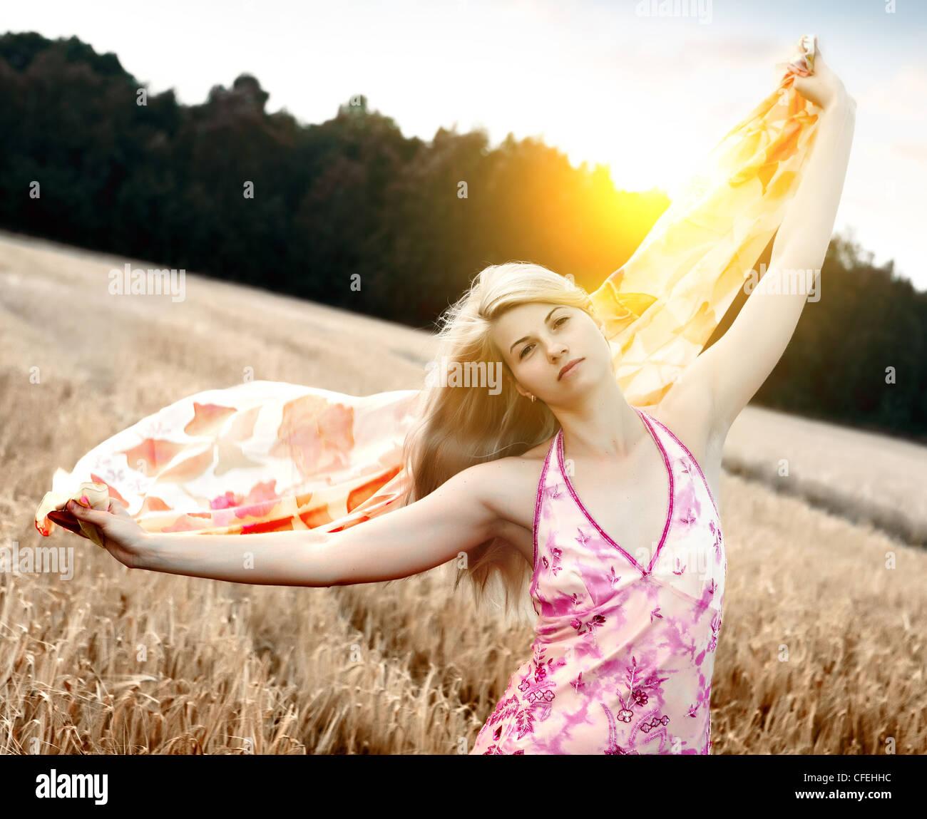 Jolie femme avec le vol en châle champ. Photo Stock 2e0900d197c