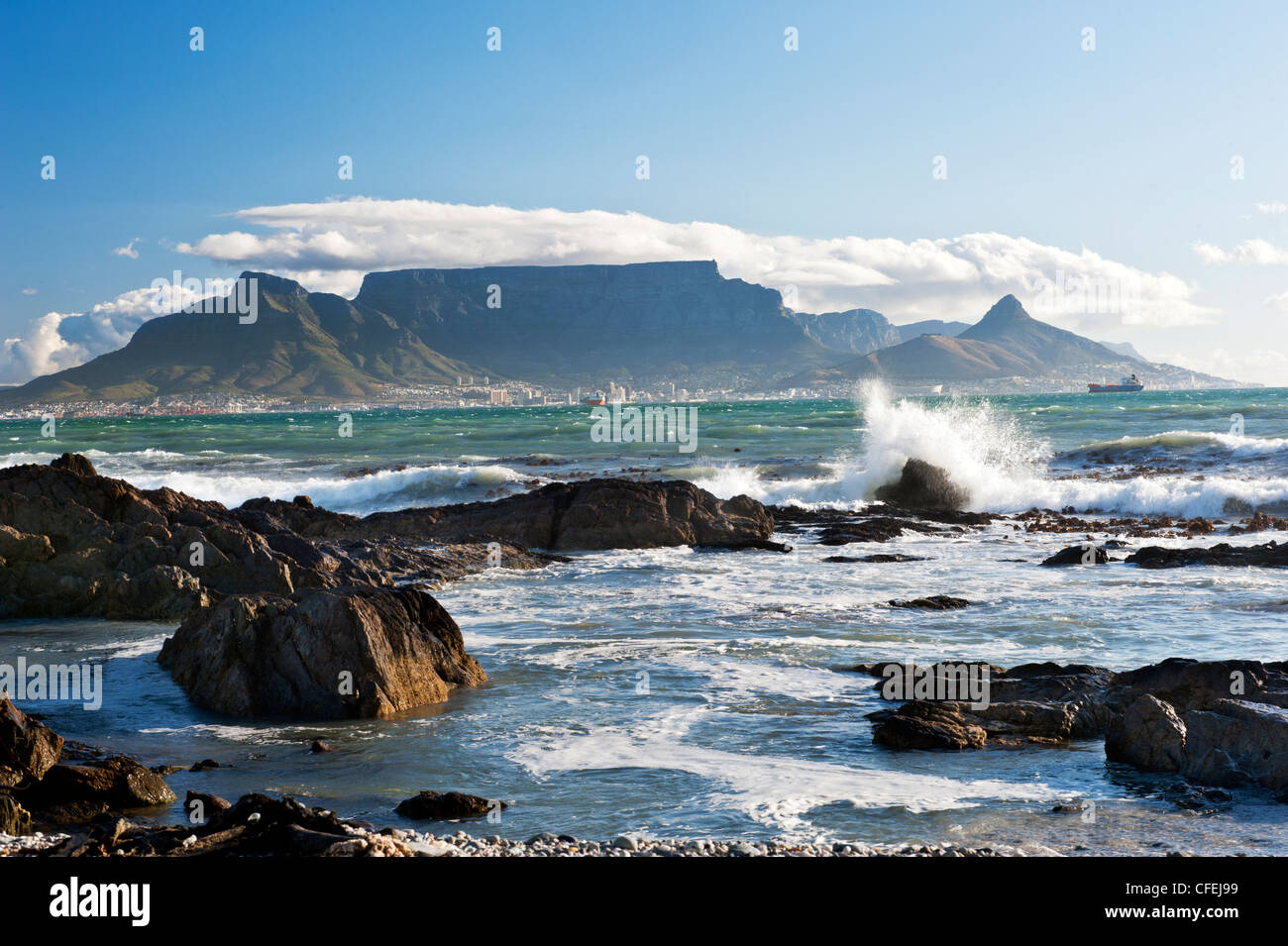 Cape Town et Table Mountain depuis Blouberg Photo Stock