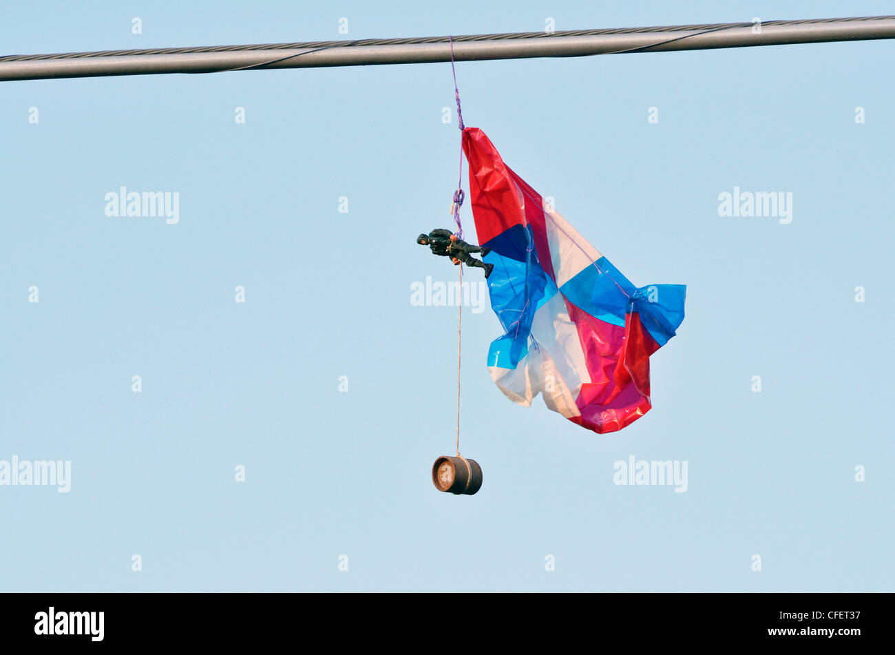 Toy Soldier parachute pris sur le fil. Photo Stock