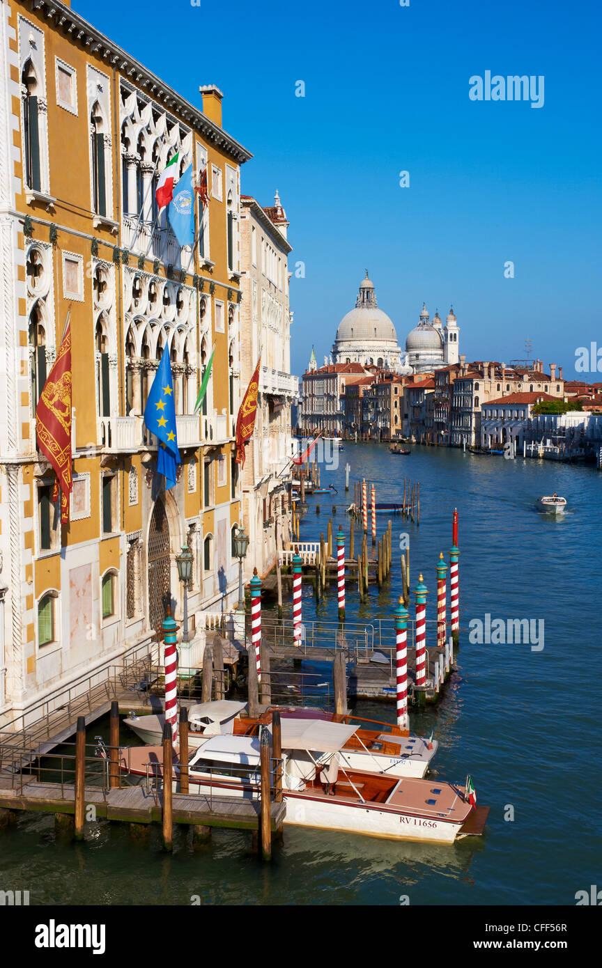 Le Grand Canal et l'église de Santa Maria della Salute dans la distance, Venise, Vénétie, Italie Photo Stock
