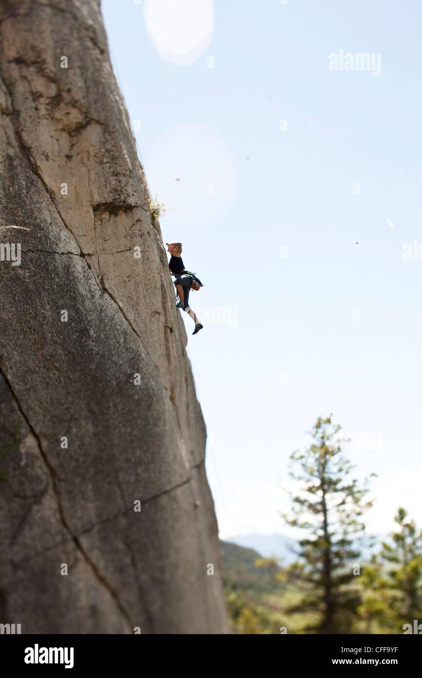 Une femme sportive escalade à distance du sol, dans le Montana. Photo Stock