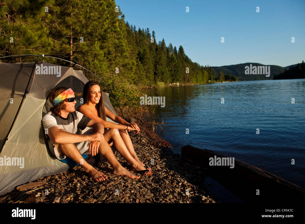 Deux jeunes adultes rire et sourire sur un camping et kayak voyage dans l'Idaho. Photo Stock