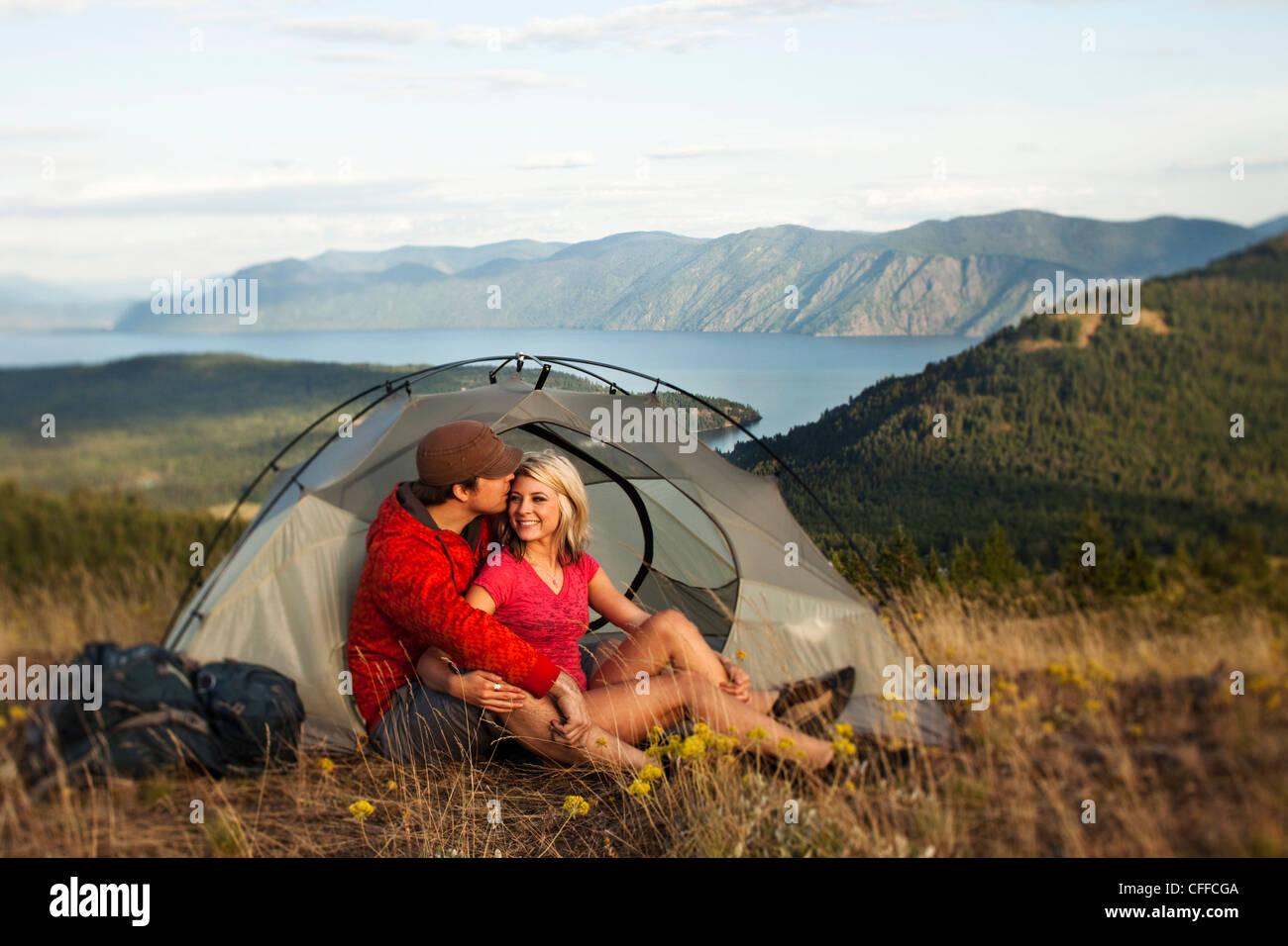 Un couple heureux sourire et rire sur un voyage de camping et randonnée dans l'Idaho. Photo Stock