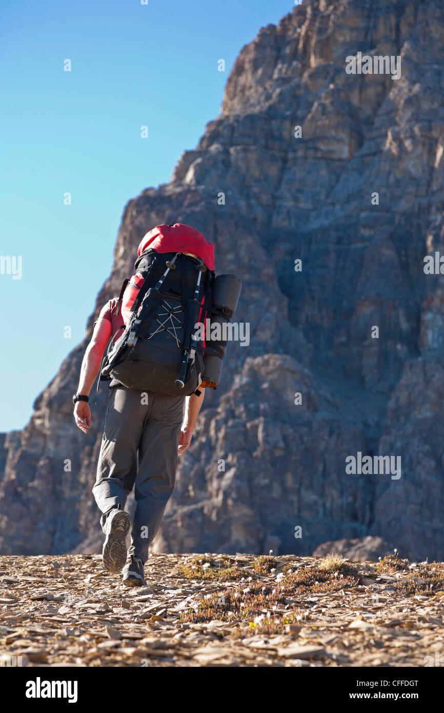 Un homme est la randonnée sur le Mont Castle, Banff National Park, Alberta, Canada. Photo Stock