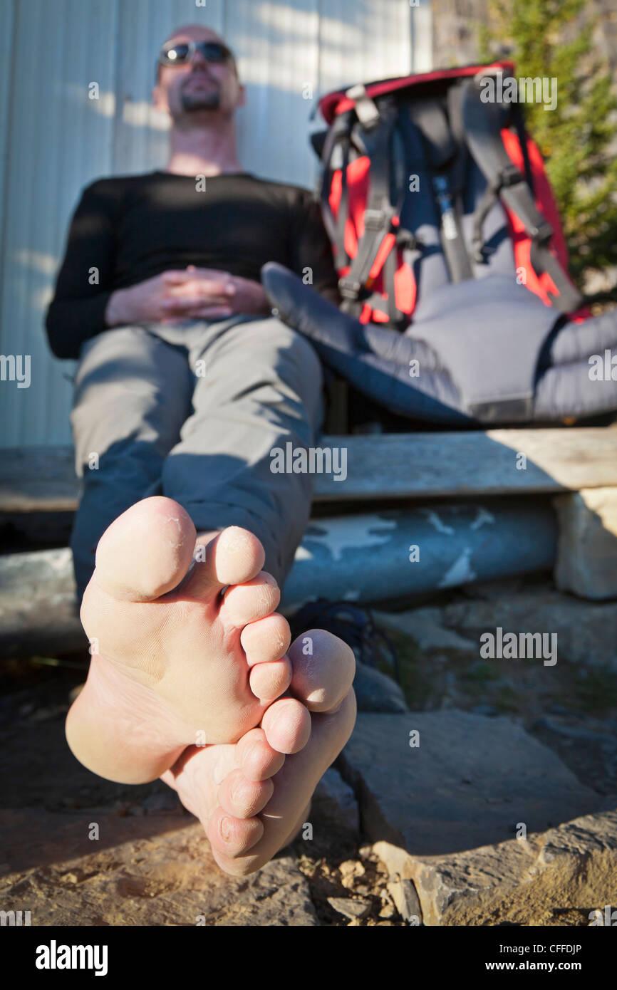 Un randonneur pose ses pieds fatigués, Banff National Park, Alberta, Canada. Photo Stock