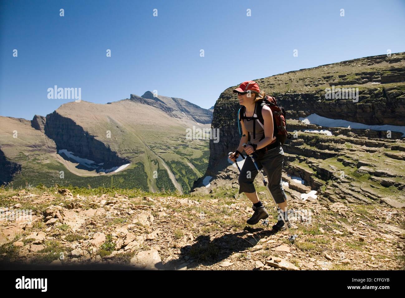 Une femme dans la trentaine des randonnées le long du sentier du Glacier Grinnell dans le Glacier National Photo Stock