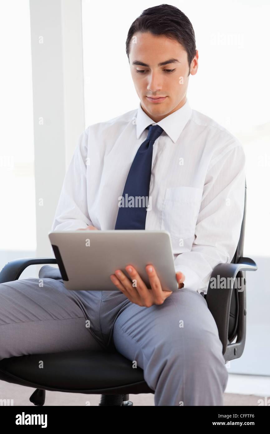 Portrait d'un touchpad en position assise Photo Stock