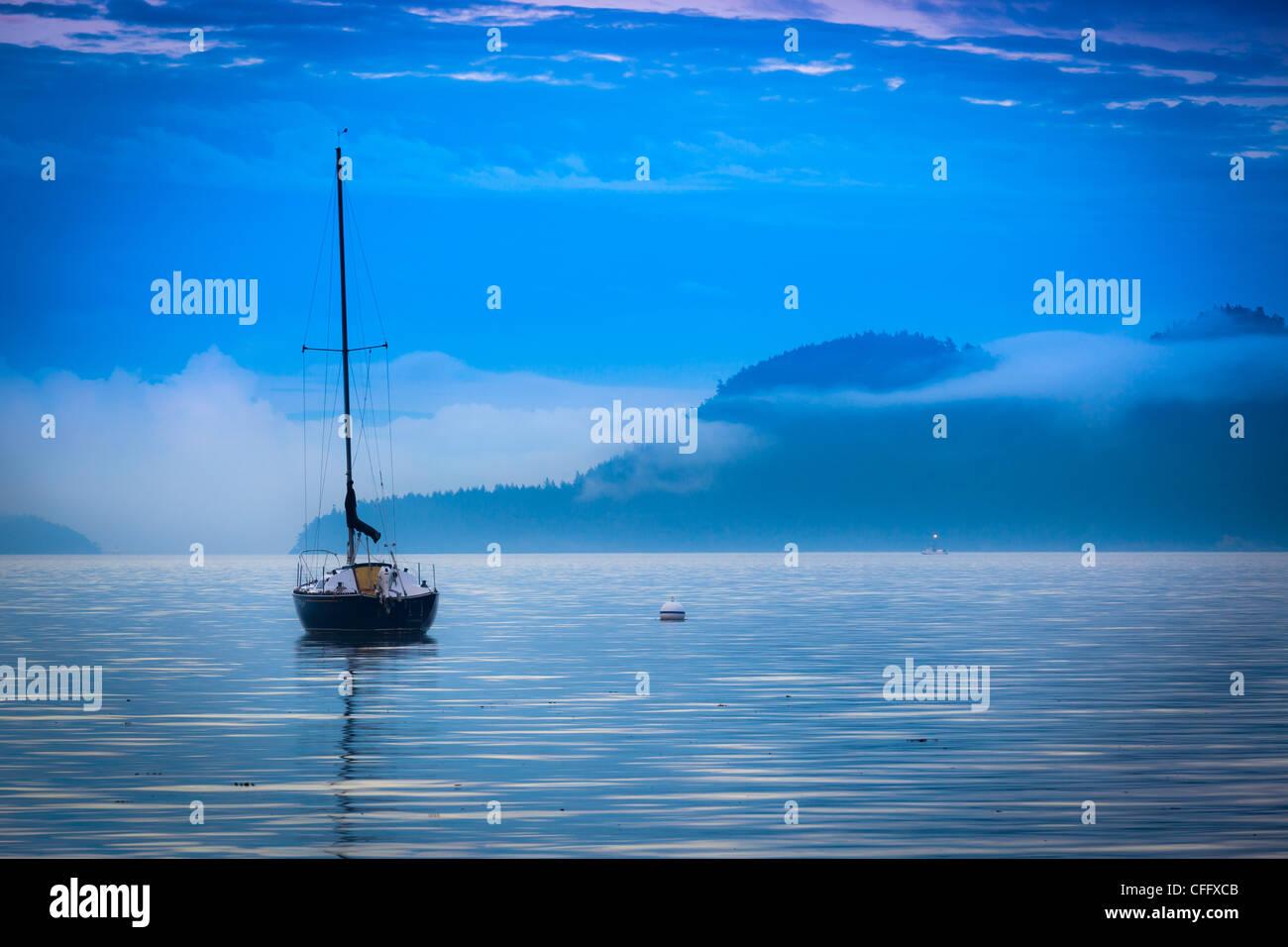 Voilier au large de la côte d'Orcas Island dans les îles San Juan dans l'état de Washington Photo Stock