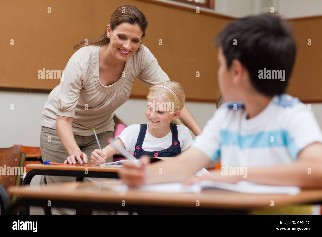 Aider un étudiant enseignant Photo Stock