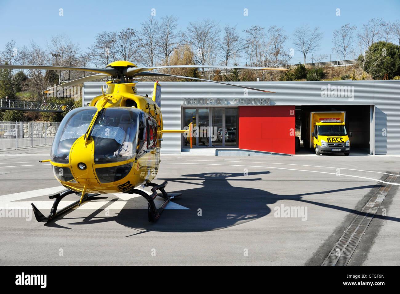 L'hôpital de courses de circuit de Catalunya en Espagne avec l'hélicoptère et ambulance Banque D'Images
