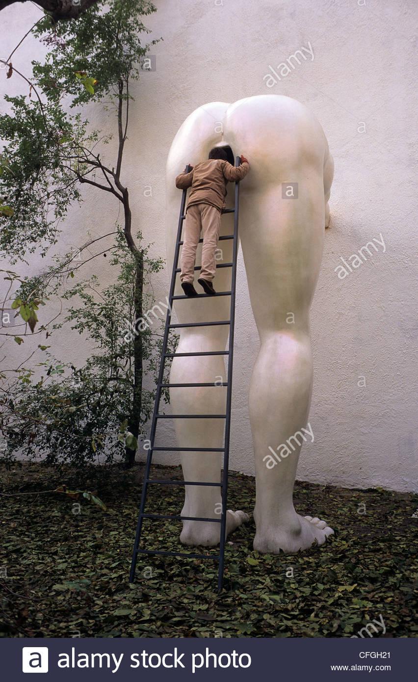 Un visiteur à la galerie Futura, une galerie d'art contemporain. Photo Stock