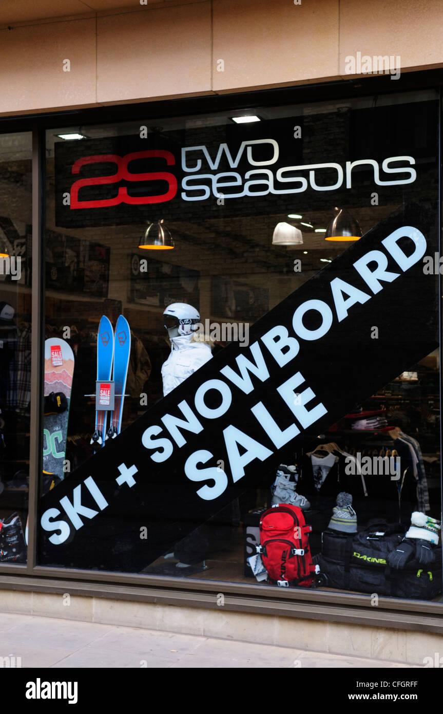 Deux saisons, magasin de sport avec avis de vente de Ski et Snowboard, Cambridge, England, UK Photo Stock