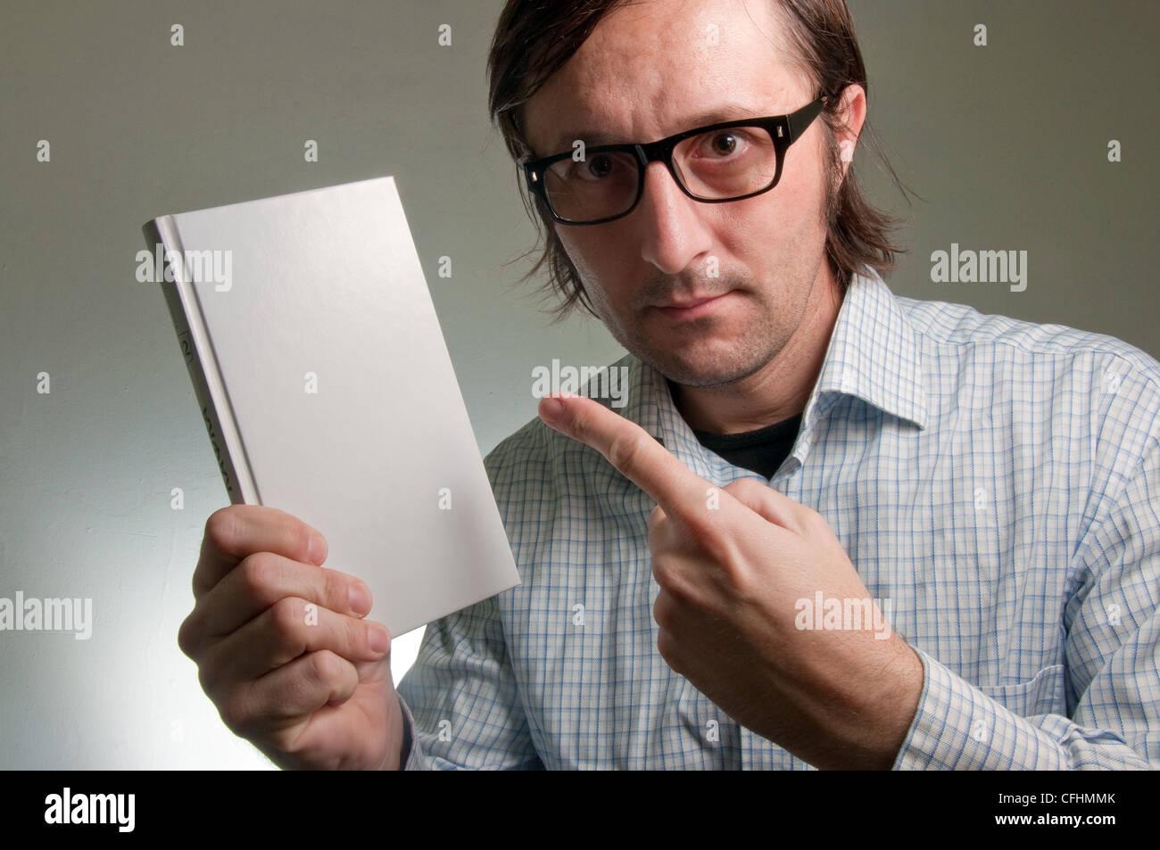 Nerd homme tenant un livre avec une couverture blanche vide, cette image  est un concept ec1fdc751209