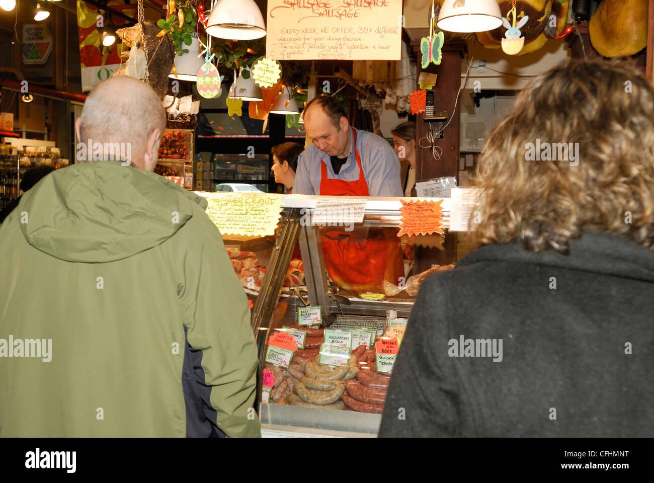 Charcuterie et viande détaillant qui desservent des clients à l'intérieur de Granville Island Photo Stock