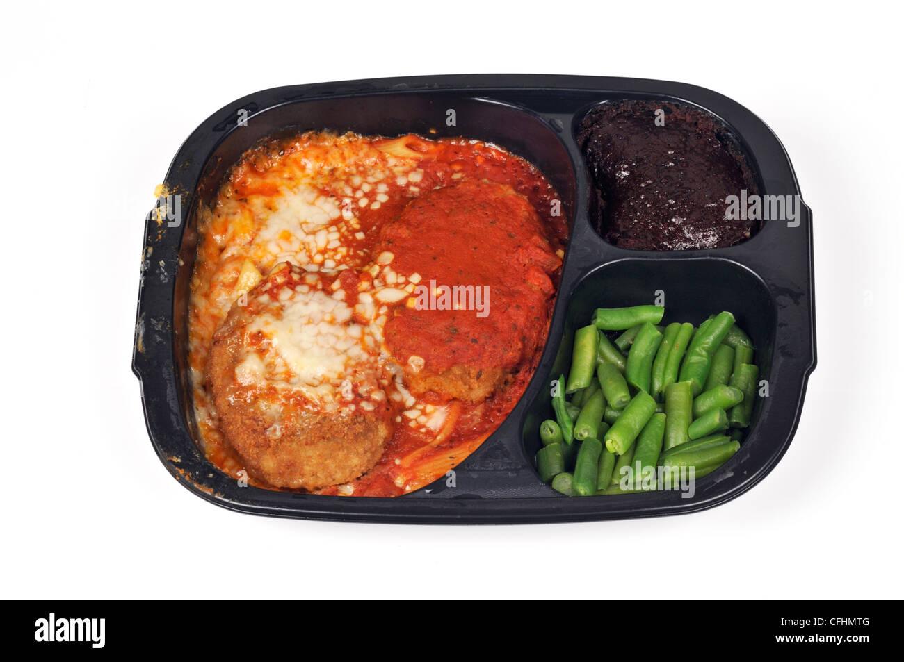 Veau parmigiana readymeal plat cuisiné le dîner avec des haricots verts et en dessert brownie bac jetable Photo Stock