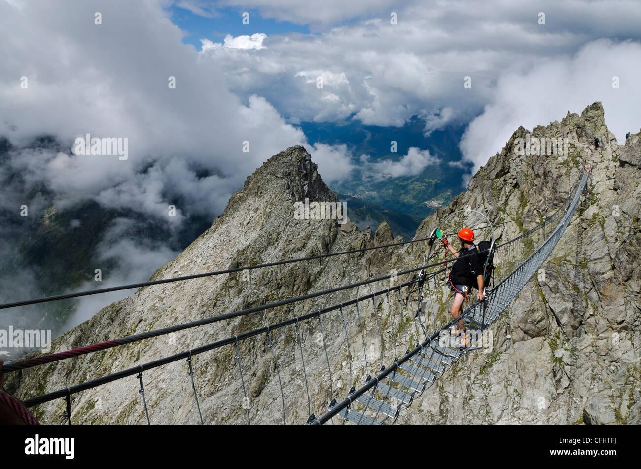 L'Italie, Alpes Retiche Lagoscuro, chaîne de montagne, le pont de corde Via Ferrata sentiero dei Fiori Photo Stock