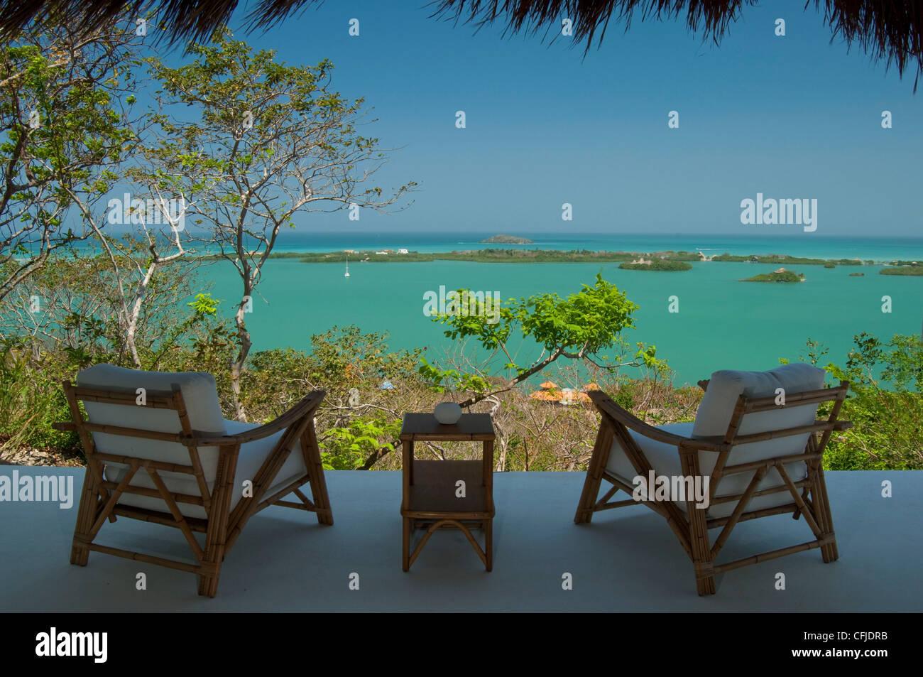Deux chaises vert vif sur l'eau des Caraïbes Photo Stock